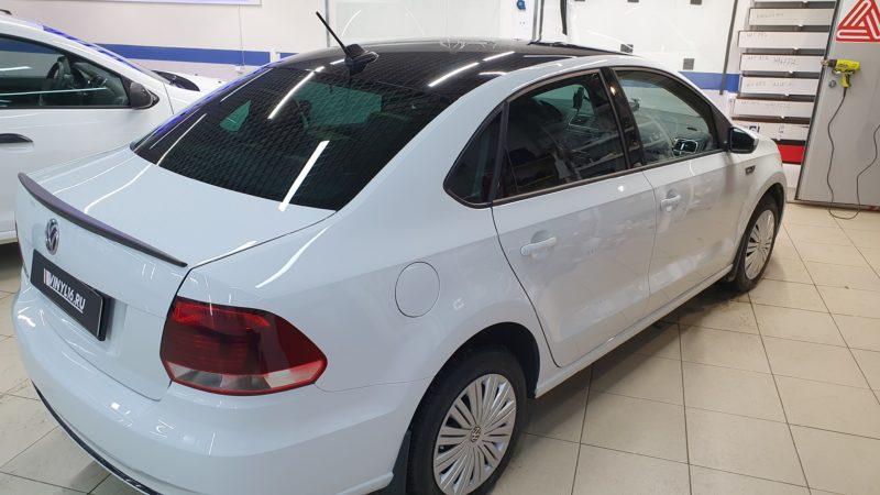 VW Polo — оклейка крыши автомобиля пленкой черный глянец