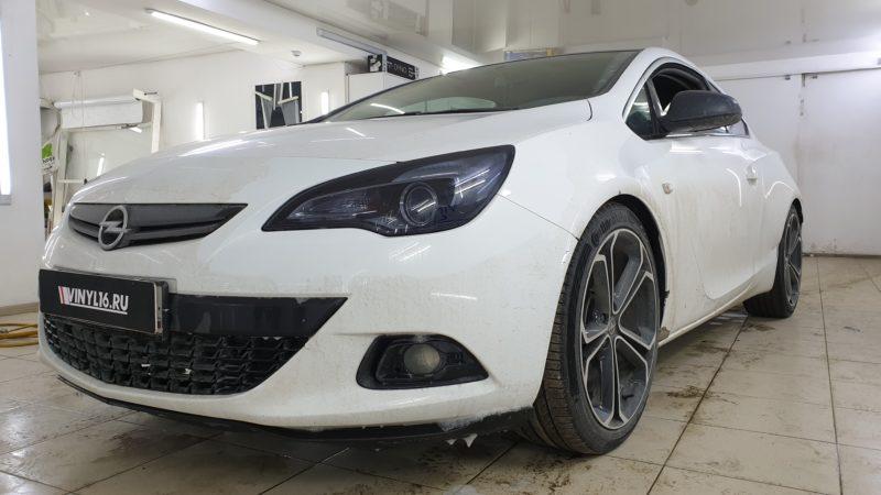 Opel Astra — тонировка фар полиуретановой пленкой Solarnex