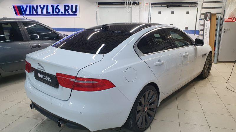 Jaguar XE — оклейка крыши в черный глянец