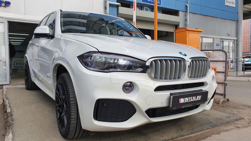 BMW X5 —  тонировка лобового атермальной пленкой, тонировка фар и туманок полиуретановой пленкой с эффектом затемнения STEK