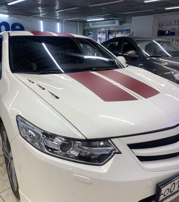 Honda Accord — нанесение на кузов 2 красных полос и бронирование лобового пленкой ClearPlex
