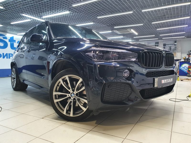 BMW X5 — бронирование лобового, бронирование оптики пленкой STEK с притемняющим эффектом.