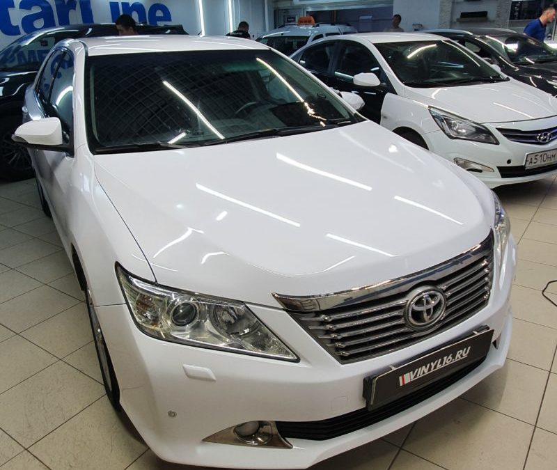 Toyota Camry — оклейка автомобиля белой глянцевой пленкой