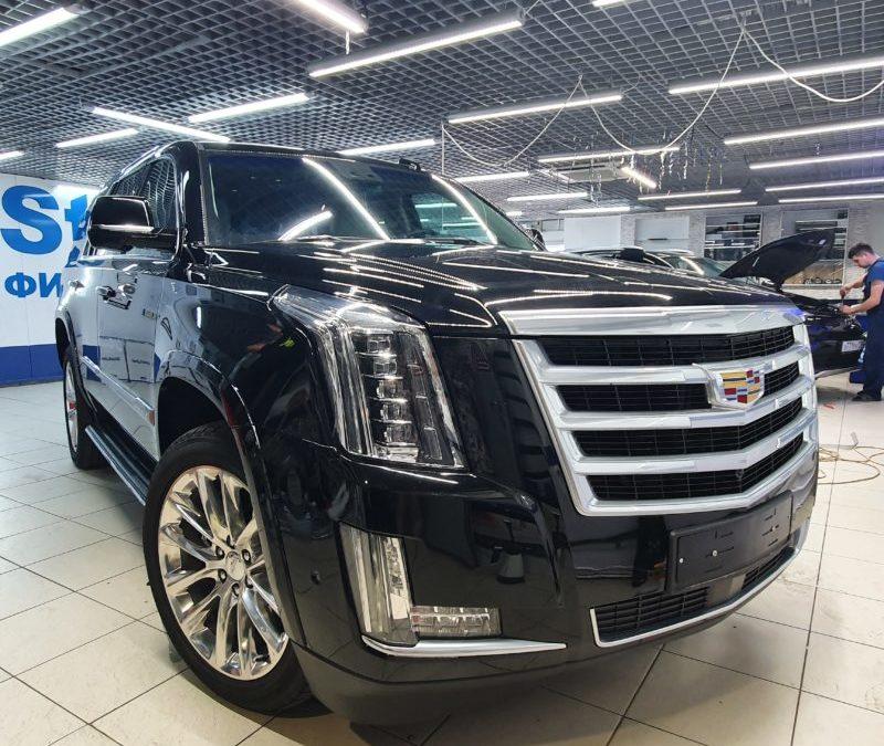 Cadillac Escalade — бронирование фар, туманок, капота, части крыши и под ручками. Тонировка атермальной пленкой. Установка съемных рамок.
