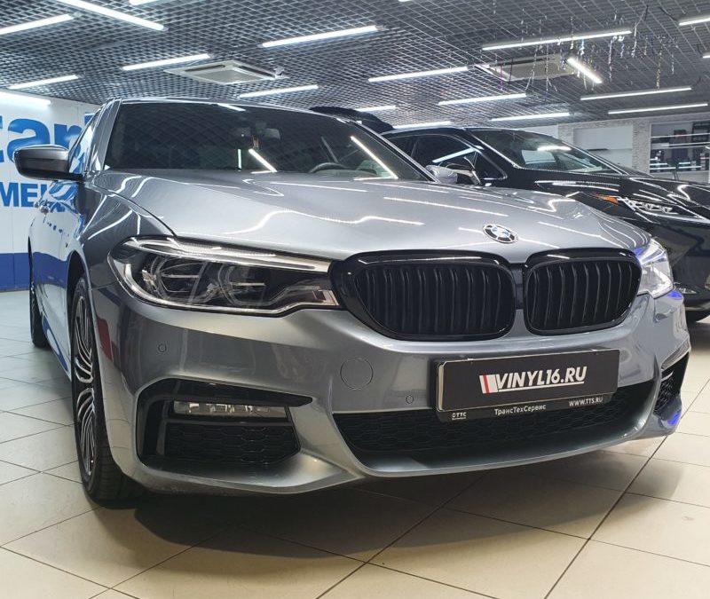 BMW 5 серии — комплексное бронирование полиуретановой пленкой DeltaSkin Unlimited, бронирование оптики с затемнением DeltaSkin Violet, тонировка передних стекол атермальной пленкой UltraVision XAIR Blue