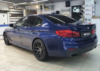 BMW 5 серии — тонировка стекол пленками Johnson 85% и LLumar 50%, бронирование под ручками, установка шильдиков, монтаж скрытой проводки видеорегистратора