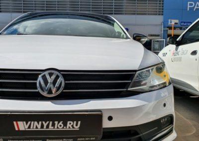 Оклейка автомобиля Volkswagen Jetta пленкой белый глянец
