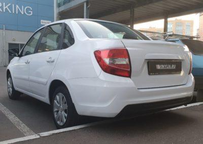 Оклейка кузова автомобиля Лада Гранта пленкой белый глянец