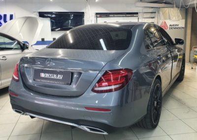 Mercedes E класса — демонтаж старой пленки с боковых, тонировка передних боковых пленкой Carbon 65%