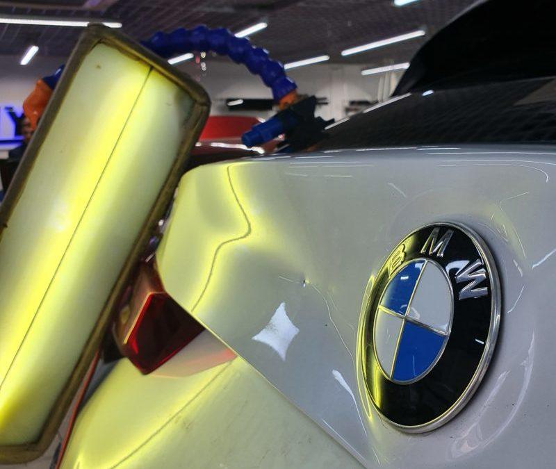 Ремонт вмятины без покраски на задней крышке багажника автомобиля BMW X3 серии