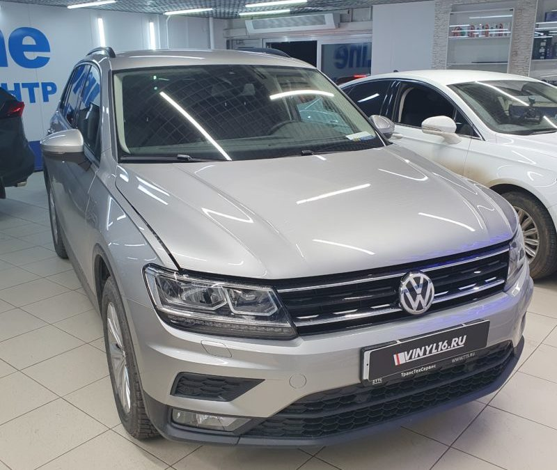 VW Tiguan — тонировка стекол пленкой Llumar, бронирование пленкой DeltaSkin капота, фар и передней части крыши