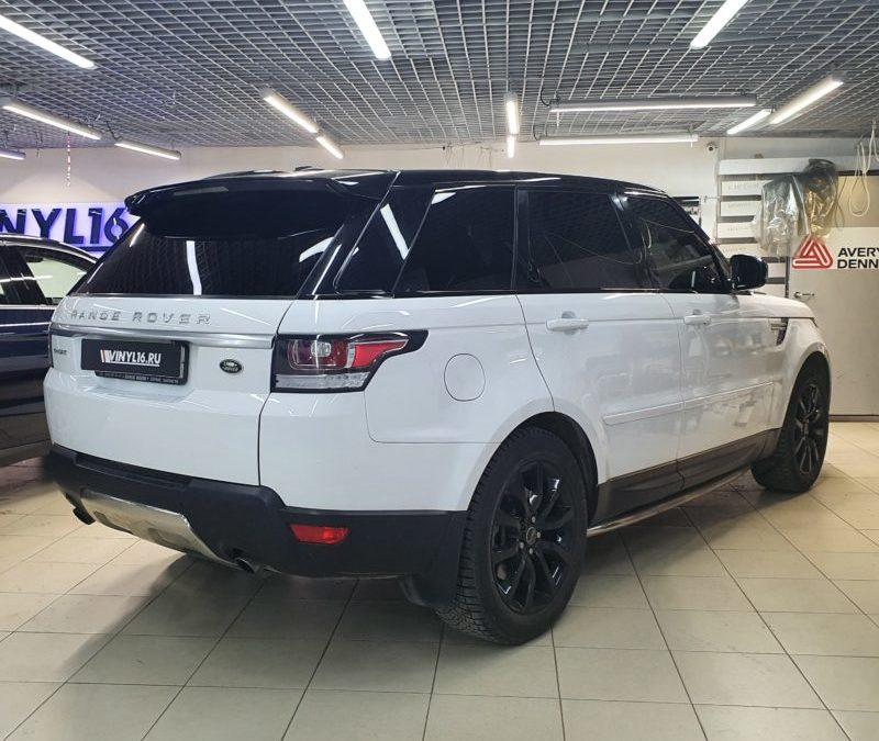 Range Rover Sport — полировка дверных стоек,  далее забронировали стойки, крышу и зоны под ручками полиуретановой пленкой, тонировка стекол Llumar, оклейка зеркал черной глянцевой пленкой