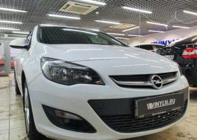 Opel Astra — бронирование фар и зон под ручками полиуретановой пленкой, тонировка стекол пленкой Shadow Guard 95%