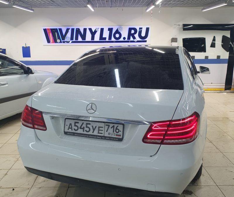 Mercedes E- класса — оклейка крыши в черный глянец, растонировка + тонировка передних стекол LLumar 50%