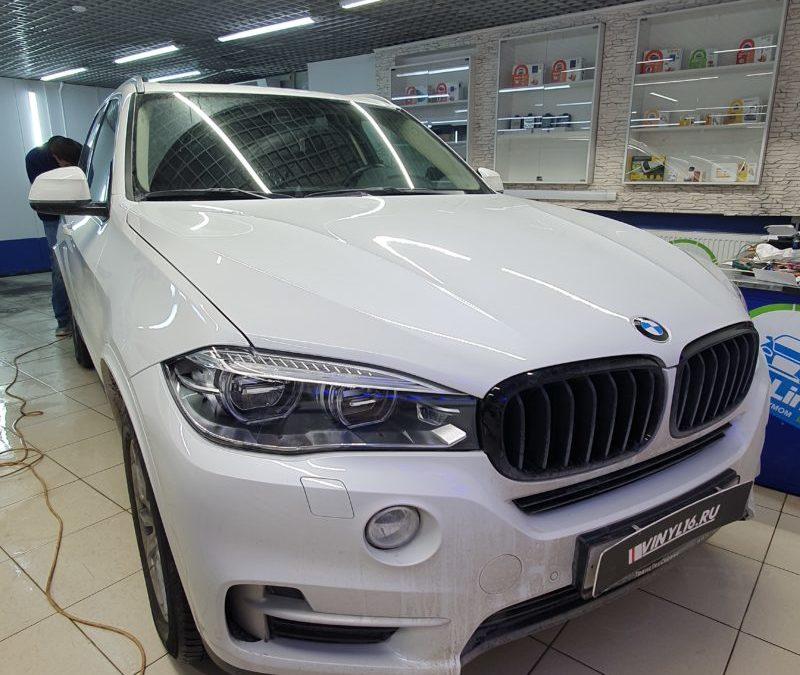 BMW X5 — передние фары забронировали полиуретановой пленкой, задние оклеили гибридной пленкой с эффектом затемнения