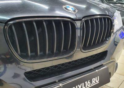 Обязательная услуга для всех BMW — оклейка «ноздрей» в черный глянец
