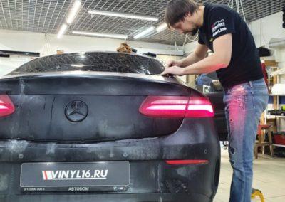 Mercedes Е300 — тонировка задней полусферы премиальной пленкой LLumar 95%, передние боковые атермальной пленкой UltraVision XAIR Carbon 20%, бронирование порогов и установка магнитных рамок