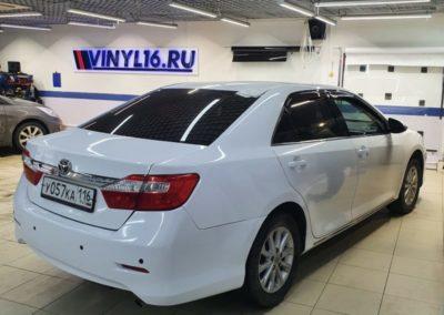 Toyota Camry — оклейка белой глянцевой пленкой заднего и переднего бампера и задних крыльев