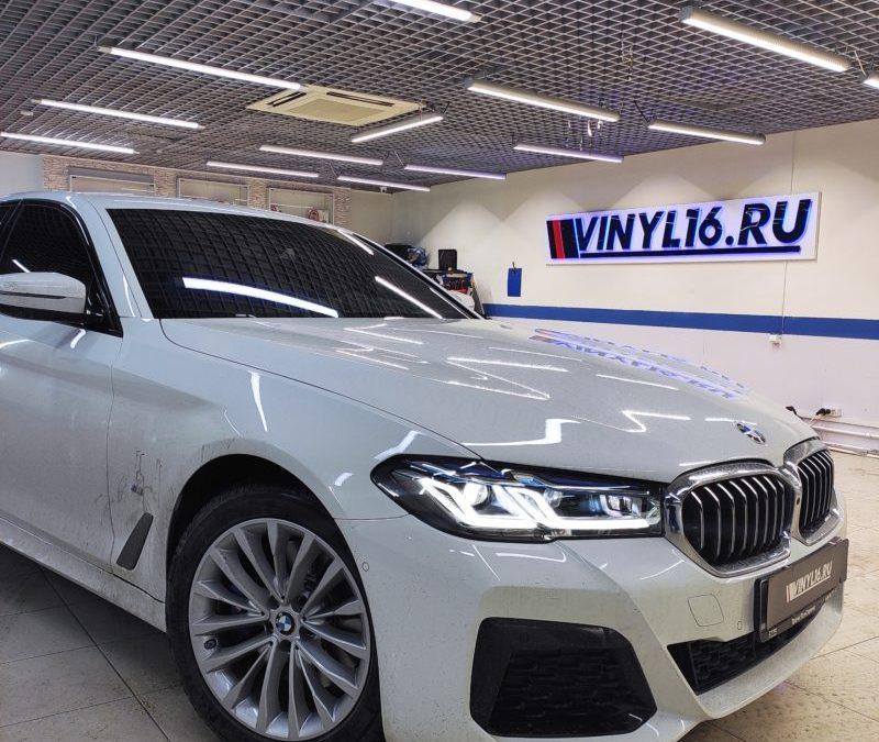 BMW 530D — тонировка стекол пленкой Llumar 95, тонировка лобового хамелеон UltraVision, бронирование фар полиуретановой пленкой