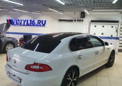 Оклейка крыши автомобиля Skoda Superb черной глянцевой пленкой