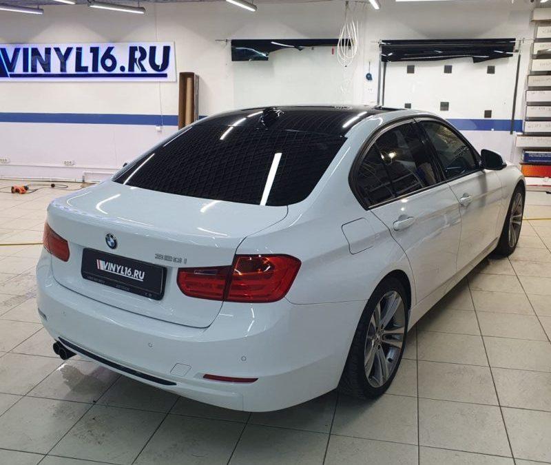 Оклейка крыши автомобиля BMW 3 серии пленкой черный глянец