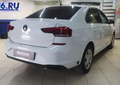 На автомобиле VW Polo затонировали задние фонари пленкой Oracal