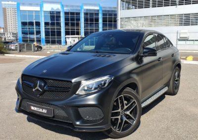 Оклейка автомобиля Mercedes GLE Coupe матовой черной пленкой, оклейка решетки черной глянцевой пленкой