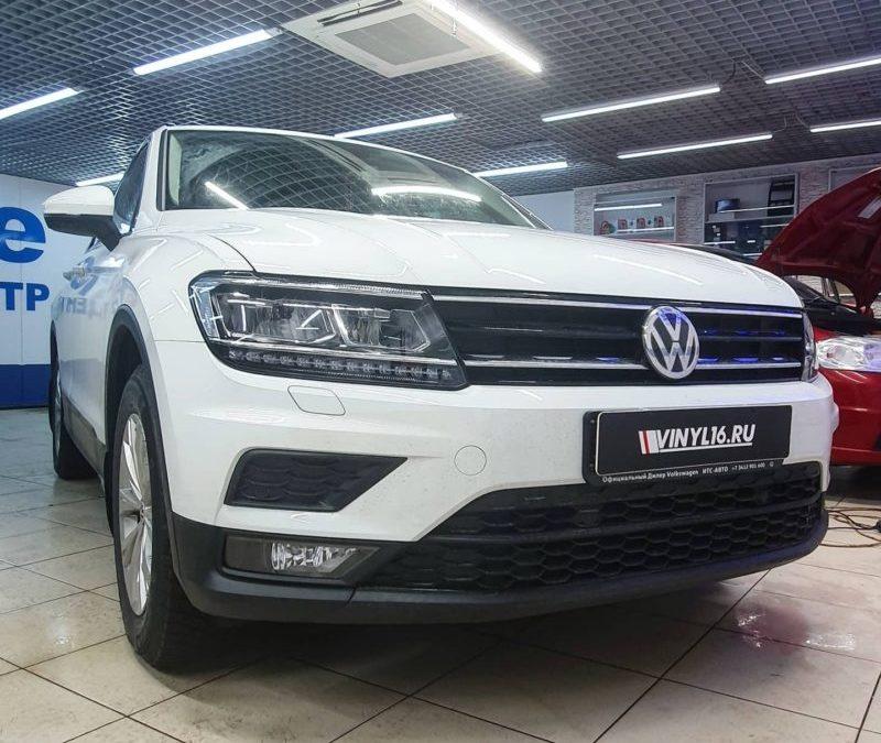 Забронировали оптику Volkswagen Tiguan,  сделали полосу на капот, крылья и крышу, оклеили ручки, тонировка стекол